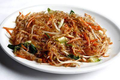 Spaghetti di soia: piatto leggero INGREDIENTI:   spaghetti di soia 300 gr alghe goma wakame 60 gr funghi shiitake reidratati 35 gr un cucchiaio di salsa di soia - sesamo nero - olio di sesamo -  PREPARAZIONE:  1 - STEP:  #cucina #primopiatto #spaghetti