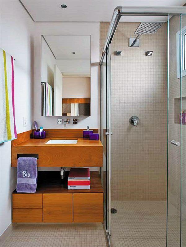 box de canto banheiro Box em Ângulo, de canto ou em L – É aquele que ocupa um canto do banheiro. Tem uma ou duas partes fixas e uma ou duas móveis (as portas) que se abrem, a partir do canto, cada uma para um lado, sendo levadas para trás das partes fixas.