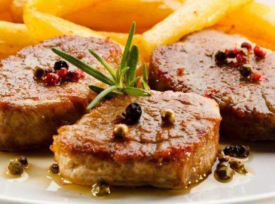 Свиная корейка в немецком соусе с жареным картофелем