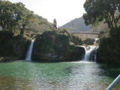 佐賀県嬉野市には轟の滝公園という無名だけどおすすめな観光スポットがあります 一般的な滝のように山ではなく平地である滝なんですが三段の滝があって一番大きいのが高さ11mを誇る轟の滝 滝の下流に滝見橋という橋があるからゆっくりと滝を眺めることができますよ この公園は桜の名所でもあってとても綺麗なのでドライブデートスポットとしてもおすすめです()/ 嬉野温泉に行ったついでにでも立ち寄ってくださいませ  #佐賀 #嬉野市 #観光 #滝 #桜 #ドライブ #デートスポット tags[佐賀県]