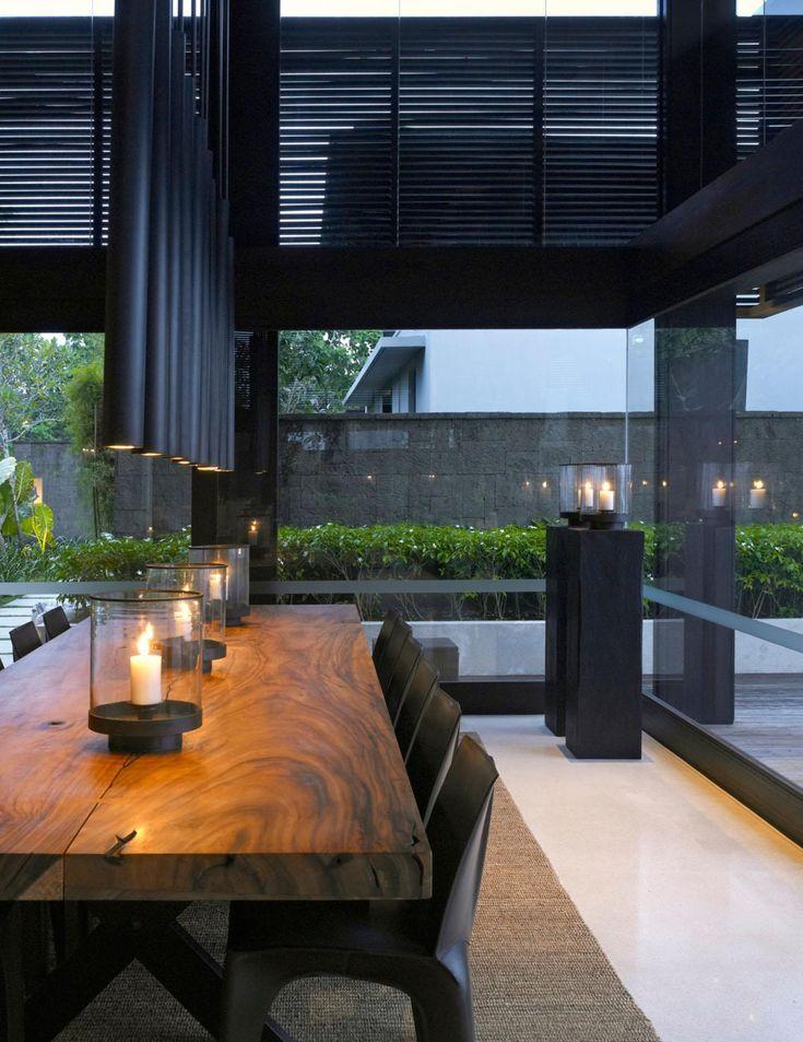 Стационарно располагающийся в композиции помещения массивный деревянный обеденный стол