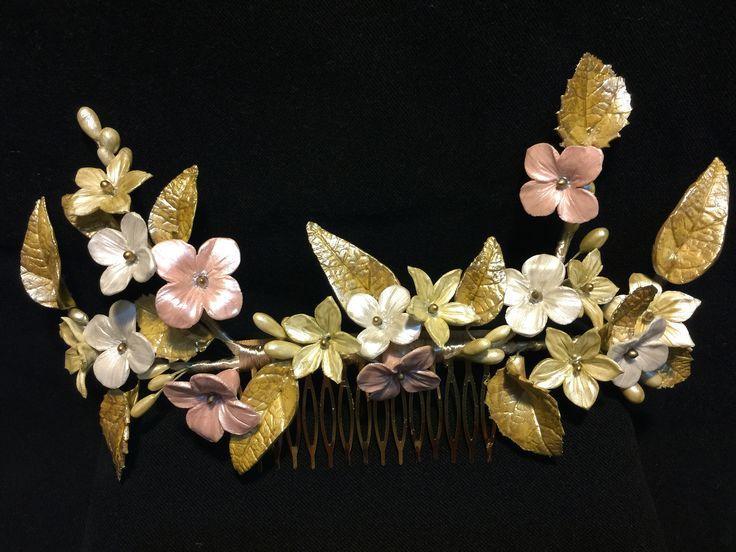 Tocado de novia hecho a mano con flores de porcelana. Bridal headpiece.