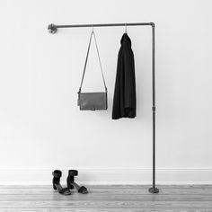 Garderobenstange aus Stahlrohr mit Temperguß-Flanschen zur Wandbefestigung. Zum Aufhängen deiner Jacken und Mäntel an Haken. Durch die platzsparende Tiefe von 10 cm eignet sich diese Wandgarderobe vor allem auch für kleine und schmale Räume und für den Flur. Vielseitig einsetzbar. Liebevoll, von Hand gefertigter Bausatz.Besteht aus 2,1 cm dickem, geschweißtem Stahlrohr. So entsteht eine sehr dezente, zurückhaltende Optik, die sich in jeden Raum einfügt. Die Befestigung an der Wand erfolgt…