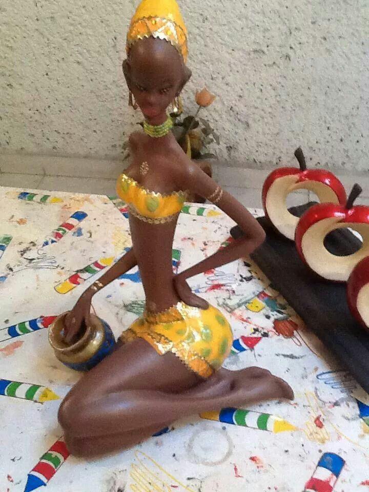 Africana con vestido amarillo
