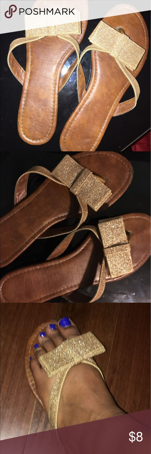 🌷2B BEBE glitter bow flip flops 2B BEBE glitter bow flip flops, good condition, light weight very sparkly 2B Bebe Shoes Sandals