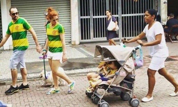 Un couple d'une trentaine d'années arborant un T-shirt aux couleurs du Brésil ; un chien ; deux bébés. Et une employée domestique. Noire. Telle est la composition de la photo qui a agité la toile b…