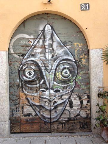 """""""E soprattutto, guardate con occhi scintillanti tutto il mondo intorno a voi, perché i più grandi segreti sono sempre nascosti nei posti più improbabili. Coloro che non credono nella magia non potranno mai trovarla.""""  - Roald Dahl #fuoriloco #beattentive #milano #graffiti #streetart https://fuoriloco.wordpress.com/2015/11/06/273/"""