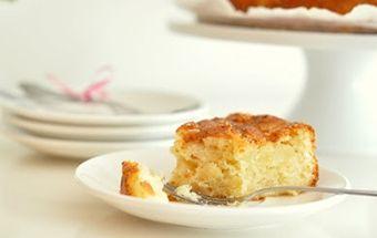 Шарлотка – всеми любимый еще с детства пирог. Сегодня есть множество рецептов его приготовления. Но я хочу поделиться своим. Шарлотка с творогом и яблоками – не просто выпечка! Тесто получается настолько нежным и мягким, что тает во рту. А чего только стоит творог с яблоками. После приготовления фрукты превращаются в помадку, пропитывая соком сыр. Это незабываемо! Советую всем попробовать, тем более, что пирог можно готовить как в духовке, так и в мультиварке.