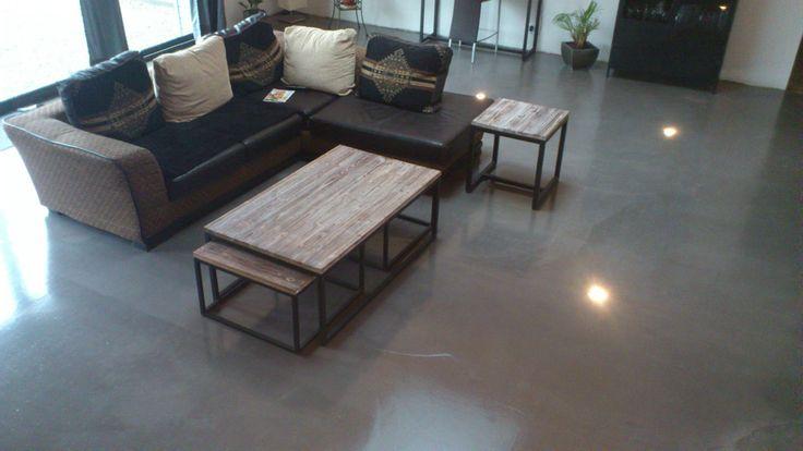 Loft original avec un sol r sine aspect b ton cir for Beton cire interieur sol