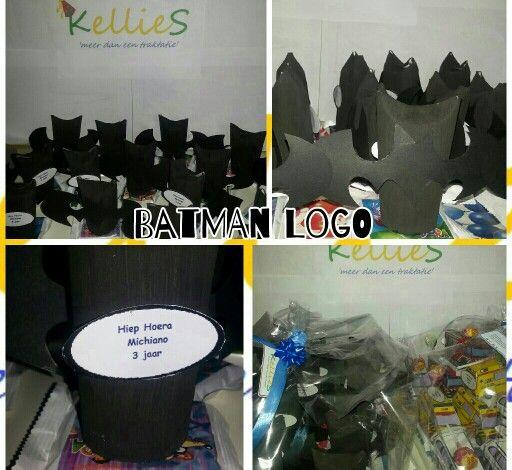 Batman logo met gemengd snoep en dora koekje.   Te bestellen bij KellieS Zonder inhoud 1,00 Met inhoud (cake, snoep, rozijnen e.d.) 1,50  Prijzen zijn excl. BTW
