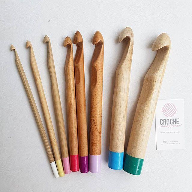 Agora nosso kit de agulhas tem mais uma integrante: a 18mm! 😍🎉 É a roxinha aí do meio! (Deslize para vê-la sozinha). Sentimos falta de um tamanho intermediário entre a 15mm e a 20mm... tapete em fio duplo, cesto gordinho, puff, almofada... dá para fazer tudo e mais um pouco com essa lindeza! Já disponível no site www.crochemoderno.com.br . . . . #crochêmoderno #crochet #crochê #euquefiz #handmade #slowdesign #tshirtyarn #ganchillo #trapillo #artesanal #fiodemalha #agulhadebambu…