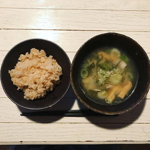 おはようございます。 先週末は奥津典子さん @norikookutsu さんの講演を聞きにいってきました。帰ってきて早速作ったのは、典子さんがこの時期にオススメしていた玄米ごはん、わかめと長ネギたっぷりの濃い目のお味噌汁。出張で3日間外食が続いたので本当に体に沁みました。 marilouの店舗は今日明日お休みいただきます。パンケーキミックスの製造と発送です。ご注文いただいているみなさま、お待ちくださいませ! #マリールゥ #マリールゥのパンケーキミックス
