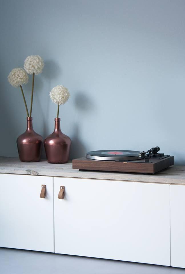 Homemade tv-kast met vintage platenspeler. Vloer is vtwonen vinyl Beton 1. #vtwonencollectie