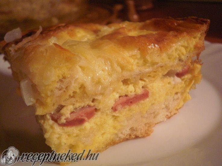 Hozzávalók: 3-4 szelet kenyér 1 kis pohár tejföl 3 tojás 5-10 dkg sajt néhány szelet sonka (bármilyen más felvágott,kolbász,virsli is jó) 1 kis fej vörösha