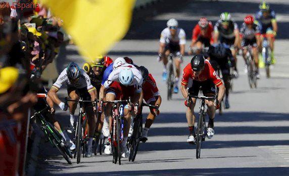 Peter Sagan tira de un codazo a Mark Cavendish en el esprint y es descalificado por el Tour