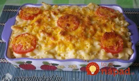 Slaný koláč zcestovín, lahodného syra apečených paradajok. To je pochúťka.