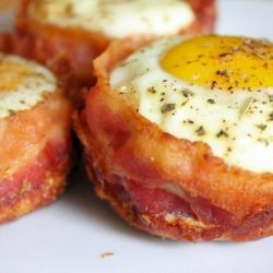 Bacon and Egg Muffins Cups - The bacon forms a little bowl for these awesome breakfast bites! Breakfast in a muffin tin!