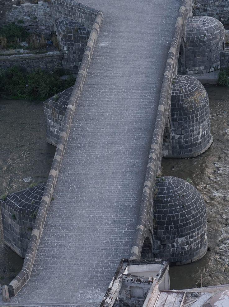 Taş köprü/Kars/// Kars'ta 1579 yılında Sultan 3.Murat'ın emriyle Lala Mustafa paşa tarafından yaptırılmıştır.
