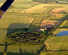 Thornborough, Yorkshire. HENGE (palabra inglesa) es una estructura arquitectónica prehistórica de forma casi circular u ovalada, por definición de un área de más de 20 metros de diámetro que consiste en una excavación limitada por una zanja y un terraplén. Fueron usualmente construidos en el período neolítico y se sospecha que tienen relación con actos rituales.