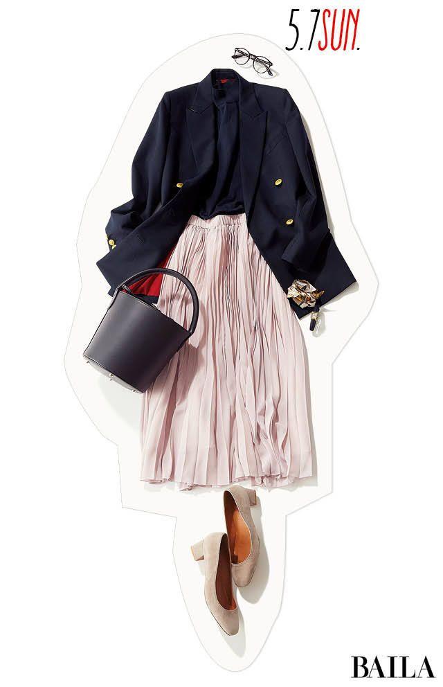 休日にジャケットを着るならば、ボトムは華やかなアイテムを選んでバランスよく。きちんと感のあるネイビーJKに淡プリーツスカートで甘さを加えれば、大人レディなきれいめスタイルに。スタイルアップしたいなら、インはジャケットと同じ色のブラウスを。足元はスカートとリンクしたカラーのパンプス・・・