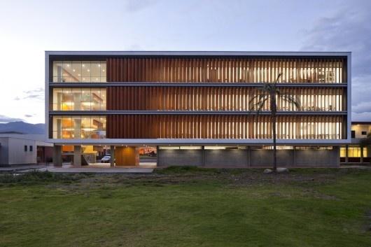 Edifício de salas de aula na Universidade de Cuenca / Javier Durán   ArchDaily Brasil