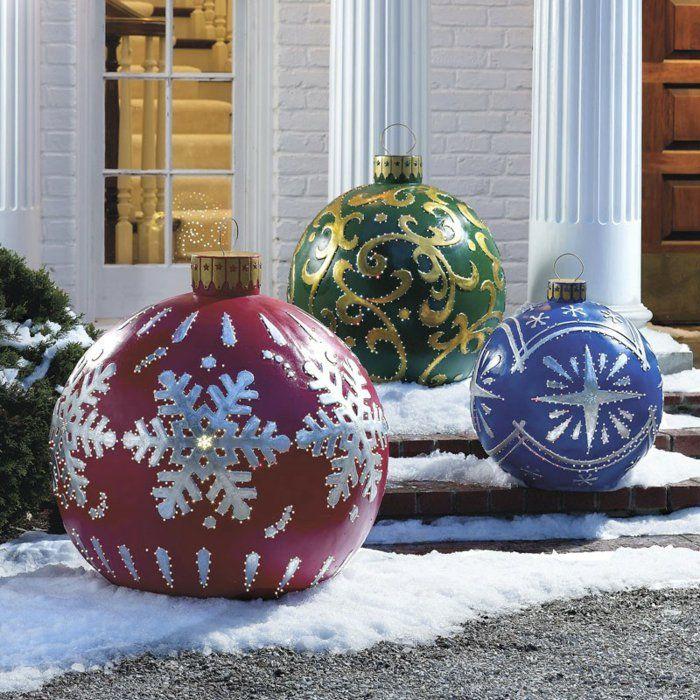 weihnachtsdeko für außen vorgarten dekorieren riesige weihnachtskugeln farbig