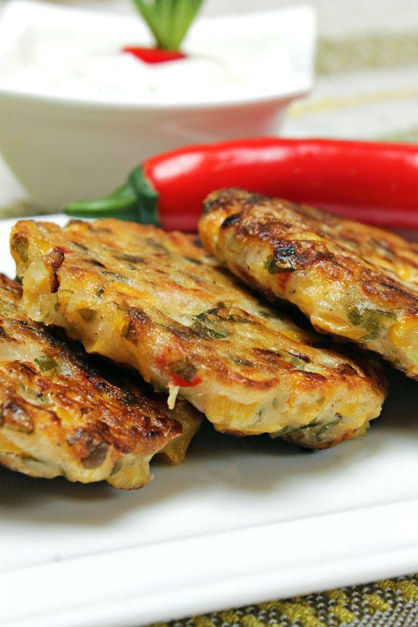 Chi non ha in casa un barattolino di mais?  Se non sai cosa farne, ti consiglio di provare queste frittelle di mais pronte in 10 minuti!  Ricetta vegan.  Ricetta su: http://karmaveg.it/frittelle-mais-salsa-yogurt-alla-menta.html
