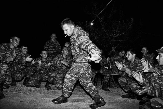 Το ζεϊμπέκικο δύσκολα χορεύεται. Δεν έχει βήματα είναι ιερατικός χορός με εσωτερική ένταση και νόημα που ο χορευτής οφείλει να το γνωρίζει και να το σέβεται.