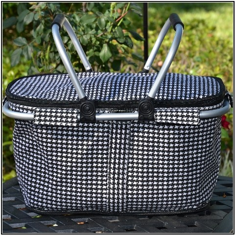 Houndstooth picnic tote: need this for tailgaiting...