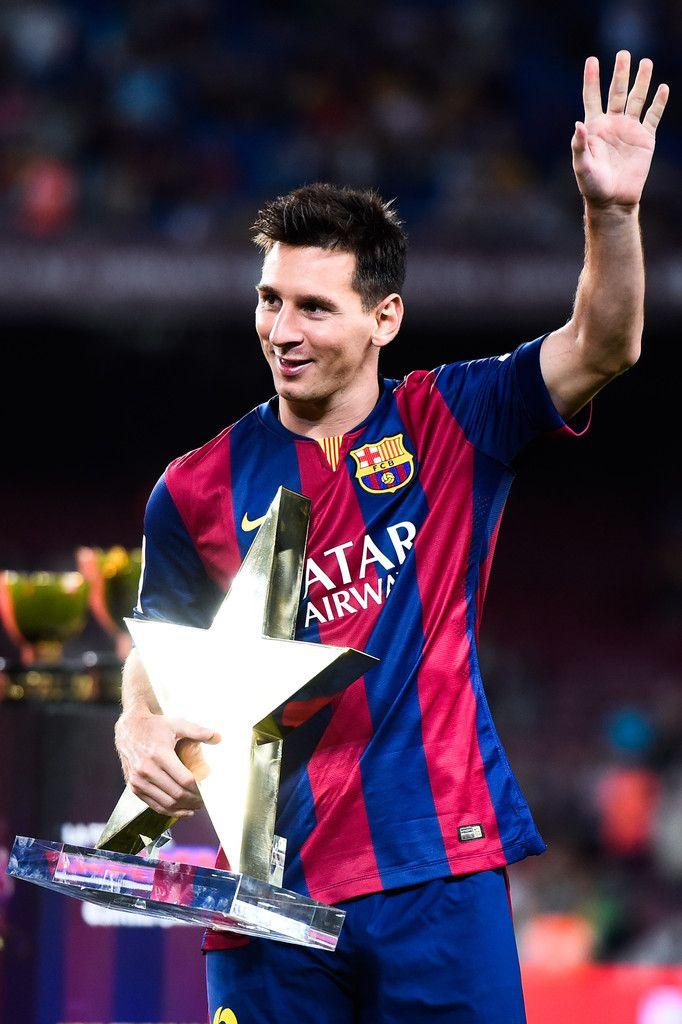 Este foto de Messi tenencia un premio. Él ganar en fútbol.