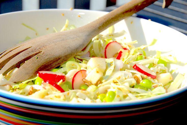 Edamame salat med spidskål, æbler og radiser