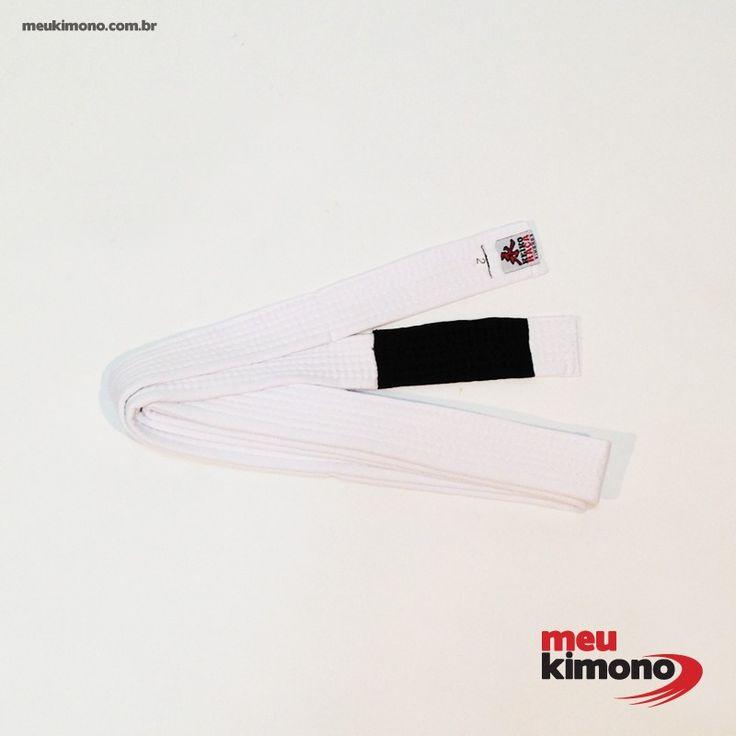 Marca: Keiko Indicada para praticantes JIU JITSU, ponteira com 12 cm, seis costuras alinhadas com alto padrão de qualidade, enchimento interno 95% polipropileno 5% poliéster tecido externo 100% algodão  http://www.meukimono.com.br/faixa-especial-coral/426-faixa-branca-ponta-preta-keiko.html