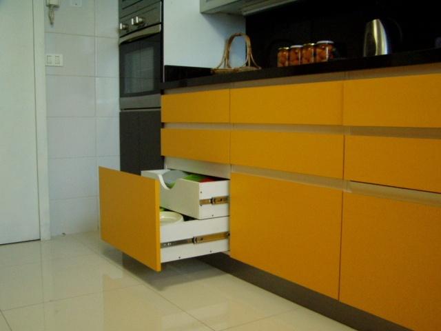 Cajones con tirador continuo en 45 doble caj n oculto con tapa enchapada para mantener la - Tirador mueble cocina ...