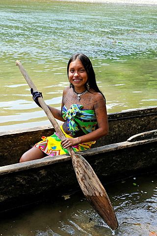 Comunidad nativa ,Embera , por el río Chagres dentro del Parque Nacional Chagres, República de Panamá, América Central