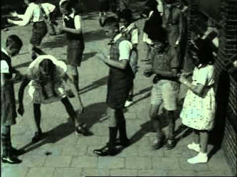 Spelende schooljeugd (1940) Buitenspelen in de 21ste eeuw: www.kommee.com | Buitenspelen