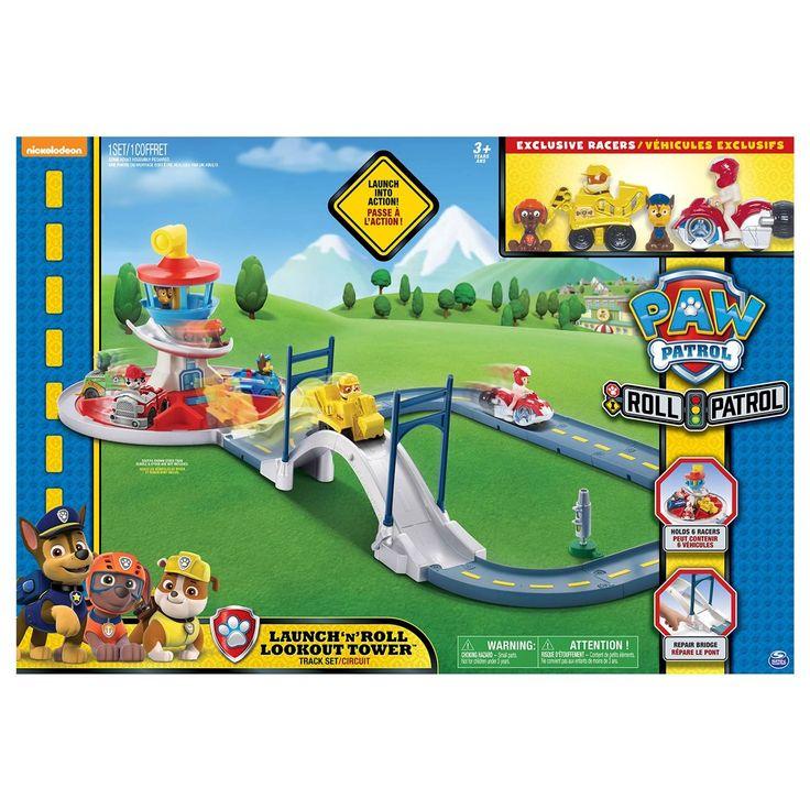 Tijd voor een reddingsactie van Paw Patrol! De drukke brug is ingestort! Kies een rescue racer en stuur ze vanuit het draaiende hoofdkwartier naar de brug. Met een druk op de knop lanceer je de racers het avontuur tegemoet! De set is gemaakt van stevig kunststof en bevat 9 baandelen, een beweegbare brug, een draaiend hoofdkwartier, een stoplicht, Rubble en Ryder met hun voertuigen en de losse Paw Patrol figuren Zuma en Chase. Combineer met Rocky's Barn Rescue en de treinset (apart…