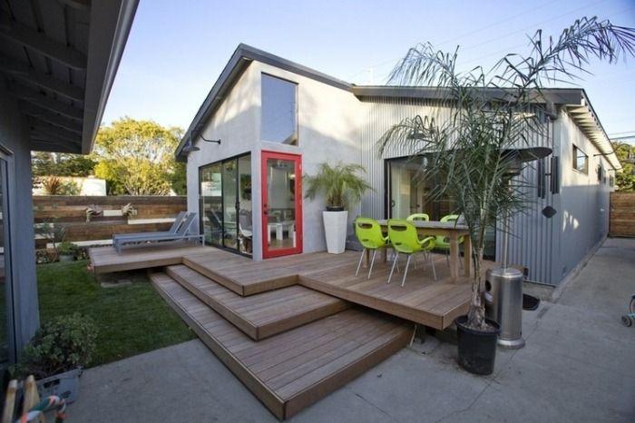 petite terrasse en bois sur plusieurs niveaux avec coin repas et palmiers