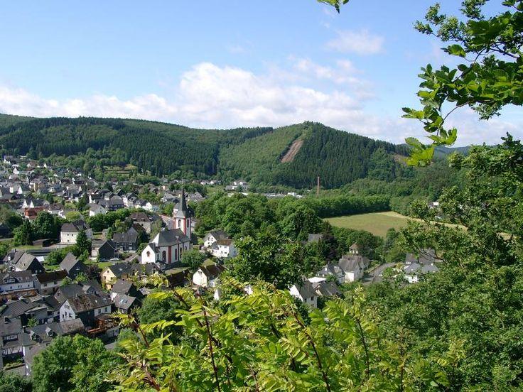 Blick auf Herdorf, im Hellertal, im Hohen Westerwald und die Hachenburger Höhe im Hintergrund