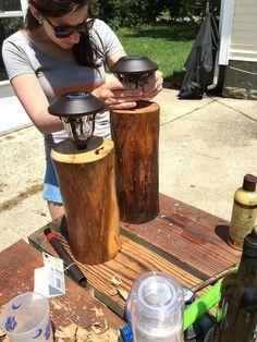 Voici comment créer des bornes d'éclairage facilement et à moindre coût : un rondin et une lanterne solaire. D'autres exemples d'éclairage de jardin DIY : http://www.amenagementdujardin.net/13-idees-declairage-exterieur-a-creer-soi-meme/