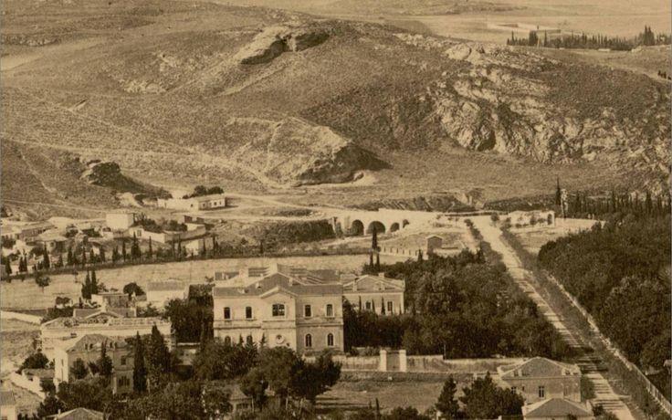 Στην θέση που βρίσκεται σήμερα το Μέγαρο Μαξίμου ήταν το Αμαλιείο ορφανοτροφείο που ίδρυσε η βασίλισσα Αμαλία για τα ορφανά απο την επιδημία της χολέρας.