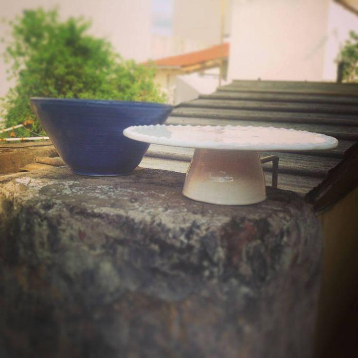 Piezas realizadas en torno alfarero. Pie de torta decorado esmalte blanco brillante. Cuenco decoraco con dos azules. ---> por encargo