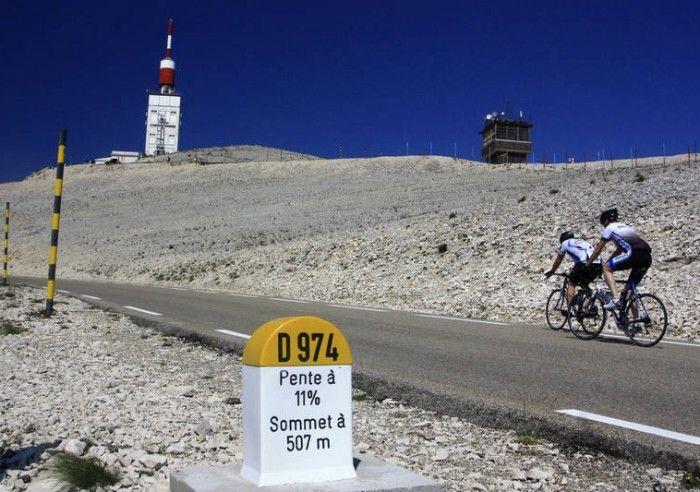 TOUR DE FRANCE 2016 : Une étape dans le Vaucluse ! Montpellier-Mont-Ventoux, jeudi 14 juillet 2016, c'est l'ÉTAPE qu'attendent tous les amoureux du cyclisme et du Tour. Suivez la caravane et encouragez les champions à travers le Lubéron pour une arrivée spectaculaire au sommet du Ventoux qui culmine à 1912 m.