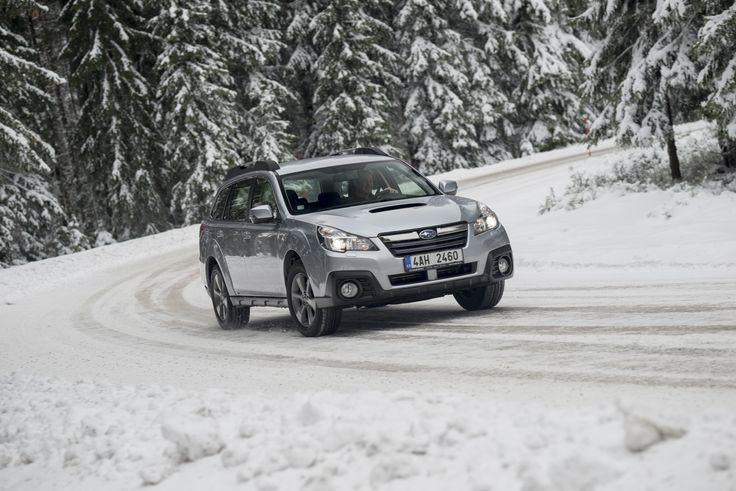 Na velké rodinné auto upaluje po sněhu a ledu nármaně. #outback