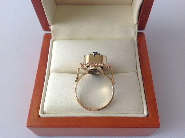 Antieke 14 Kt. geel gouden damesring met zwarte onyx een parel.