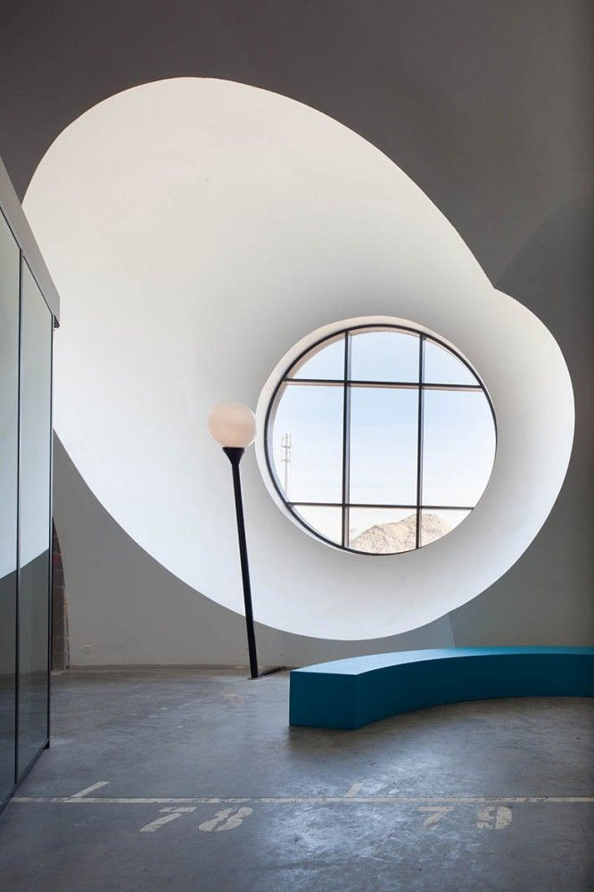 Carlos Arroyo. Juego de volúmenes curvos por el efecto de la luz de esta ventana redonda. La textura mate y lisa para acentuar el resultado.   #Esmadeco.