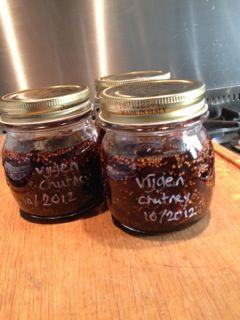 Dit recept voor een overheerlijke vijgenchutney komt van het blog notitie van Lien. Heerlijk in deze tijd van het jaar in een ovenschotel met rode kool, of bij een stukje wild! Nodig: 350 g blauwe vijgen, in kleine blokjes 140 g bruine basterdsuiker 140 g kristalsuiker 50 ml balsamico azijn