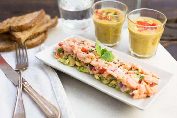 Recept voor zalmtartaar & komkommer gazpacho voor 4 personen. Met olijfolie, peper, zalmfilet, avocado, rode ui, cherrytomaat, citroen, koriander, brood, komkommer, knoflook en witte wijnazijn
