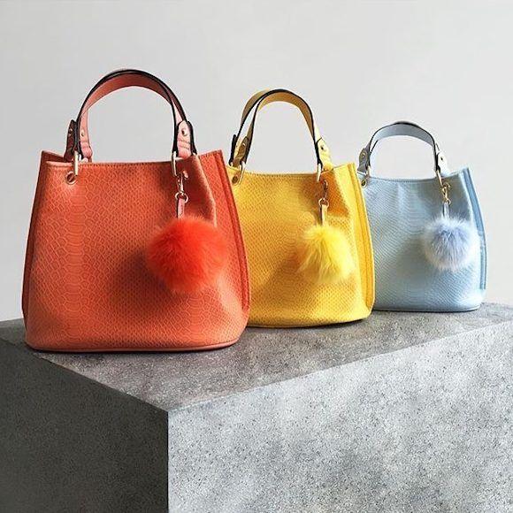 Sacs chics et colorés avec pompon en orange, jaune et bleu clair : 3 couleurs tendances été 2016 >> http://www.taaora.fr/blog/post/sac-bourse-seau-orange-jaune-bleu-pale-new-look-ete-2016