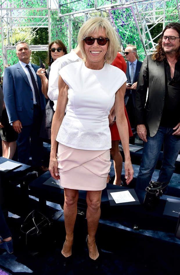 En 2015, invitée au défilé Chanel pour la semaine de la mode haute couture Un ensemble aux couleurs douces pour Brigitte Macron qui assiste à la présentation haute couture de Chanel.