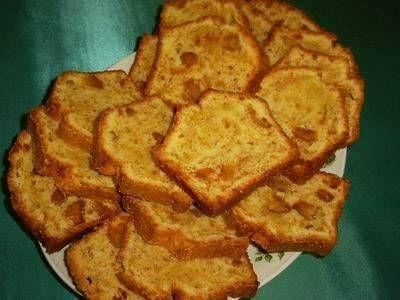 Cake Met Bitterkoekjes en Rum. De gezeefde bloem beetje bij beetje door het eier-suiker-boter -mengsel vouwen.